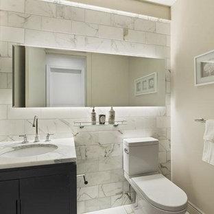 Свежая идея для дизайна: маленький туалет в современном стиле с фасадами с утопленной филенкой, черными фасадами, унитазом-моноблоком, белой плиткой, мраморной плиткой, белыми стенами, мраморным полом, врезной раковиной, мраморной столешницей и белым полом - отличное фото интерьера