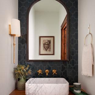 Mittelgroße Mediterrane Gästetoilette mit Einbauwaschbecken, schwarzen Fliesen, Porzellanfliesen, weißer Wandfarbe, Waschtisch aus Holz, brauner Waschtischplatte und schwebendem Waschtisch in Austin