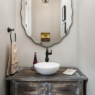 Свежая идея для дизайна: маленький туалет в классическом стиле с фасадами островного типа, искусственно-состаренными фасадами, настольной раковиной, столешницей из дерева и серыми стенами - отличное фото интерьера