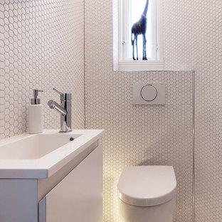 Idee per un piccolo bagno di servizio moderno con ante lisce, ante bianche, piastrelle bianche, piastrelle a mosaico, pareti bianche, pavimento con piastrelle a mosaico, lavabo sospeso e pavimento bianco