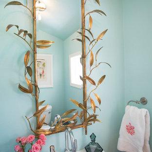 Идея дизайна: маленький туалет в морском стиле с раковиной с пьедесталом и синими стенами