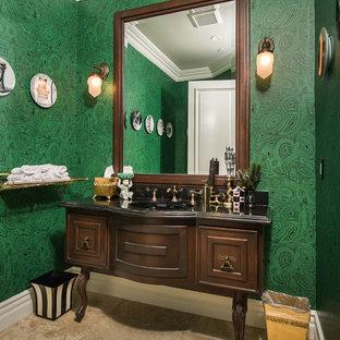 Идея дизайна: туалет в средиземноморском стиле с фасадами островного типа, темными деревянными фасадами, зелеными стенами и черной столешницей