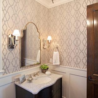 Klassische Gästetoilette mit Unterbauwaschbecken, schwarzen Schränken, bunten Wänden und dunklem Holzboden in Minneapolis