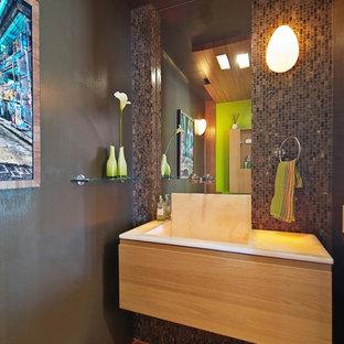 Idées déco pour un WC et toilettes contemporain de taille moyenne avec un placard à porte plane, des portes de placard en bois clair, un WC à poser, un carrelage marron, carrelage en mosaïque, un mur marron, un sol en bambou, un lavabo intégré et un plan de toilette en onyx.