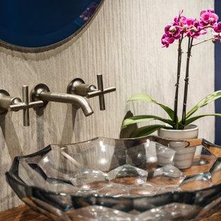Inspiration pour un WC et toilettes traditionnel de taille moyenne avec un placard sans porte, des portes de placard en bois brun, un WC à poser, un carrelage gris, des carreaux de céramique, un mur bleu, un sol en ardoise, une vasque, un plan de toilette en bois, un sol multicolore, un plan de toilette marron et meuble-lavabo sur pied.