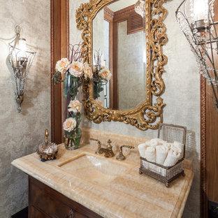 Пример оригинального дизайна: большой туалет в классическом стиле с монолитной раковиной, плоскими фасадами, темными деревянными фасадами, столешницей из оникса, унитазом-моноблоком, серыми стенами, мраморным полом, бежевой столешницей, напольной тумбой и обоями на стенах