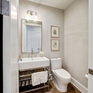 Idee per un bagno di servizio classico di medie dimensioni con WC monopezzo, pareti grigie, pavimento in legno massello medio, lavabo a consolle e pavimento marrone