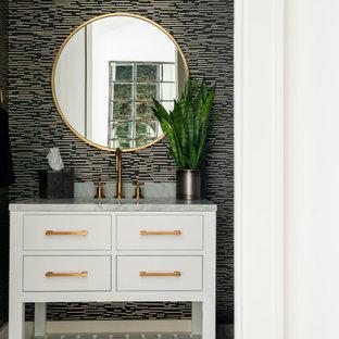 Idéer för lantliga grått toaletter, med släta luckor, vita skåp, svarta väggar, mörkt trägolv, ett undermonterad handfat och brunt golv