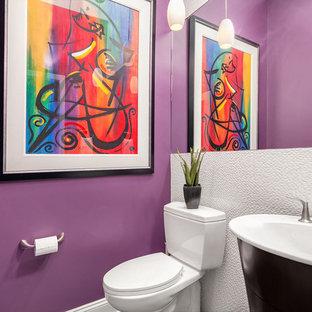 Пример оригинального дизайна: маленький туалет в современном стиле с белой плиткой, фиолетовыми стенами, раздельным унитазом, керамогранитной плиткой, консольной раковиной, плоскими фасадами и темными деревянными фасадами