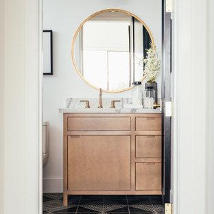 Foto de aseo clásico renovado, de tamaño medio, con armarios con paneles lisos, puertas de armario de madera clara, sanitario de una pieza, paredes blancas, lavabo bajoencimera, suelo multicolor y encimeras grises