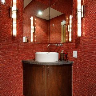 Пример оригинального дизайна: туалет в современном стиле с настольной раковиной, плоскими фасадами, темными деревянными фасадами и красной плиткой