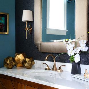 Неиссякаемый источник вдохновения для домашнего уюта: туалет среднего размера в стиле современная классика с фасадами с выступающей филенкой, фасадами цвета дерева среднего тона, унитазом-моноблоком, серой плиткой, белой плиткой, каменной плиткой, синими стенами, паркетным полом среднего тона, накладной раковиной и столешницей из искусственного камня