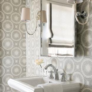 Bild på ett litet vintage toalett, med flerfärgade väggar och ett piedestal handfat