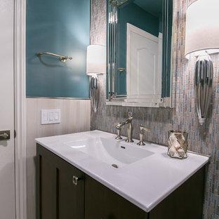Стильный дизайн: туалет среднего размера в современном стиле с фасадами островного типа, темными деревянными фасадами, раздельным унитазом, разноцветной плиткой, плиткой мозаикой, синими стенами, полом из керамогранита, монолитной раковиной, столешницей из искусственного кварца, серым полом и белой столешницей - последний тренд