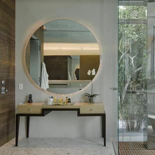 На фото: большие туалеты в современном стиле с серыми стенами, полом из терраццо и разноцветным полом