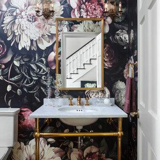 Idéer för mellanstora vintage toaletter, med flerfärgade väggar, mellanmörkt trägolv, marmorbänkskiva, brunt golv och ett undermonterad handfat