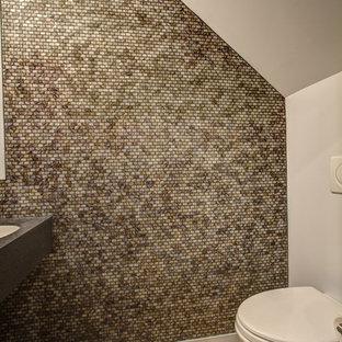 Стильный дизайн: туалет в современном стиле с коричневой плиткой и плиткой мозаикой - последний тренд