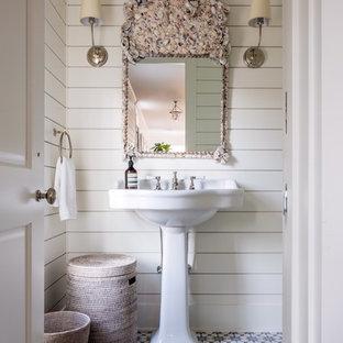 На фото: туалет среднего размера в морском стиле с разноцветной плиткой, синей плиткой, белой плиткой, белыми стенами, раковиной с пьедесталом и полом из цементной плитки