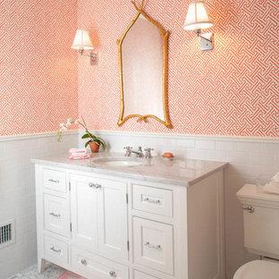 ニューヨークのシャビーシック調のおしゃれなトイレ・洗面所の写真