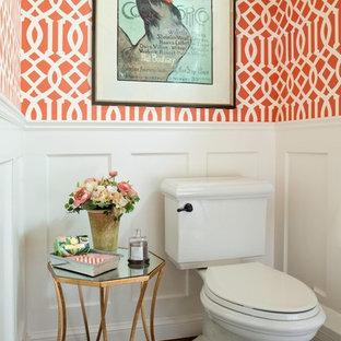 Inspiration för mellanstora klassiska toaletter, med en toalettstol med separat cisternkåpa, orange väggar, mörkt trägolv, brunt golv och ett piedestal handfat