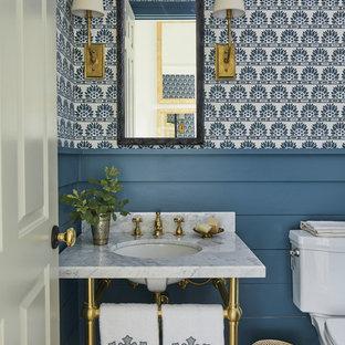 Ispirazione per un bagno di servizio stile marinaro con pareti multicolore, parquet scuro, lavabo a consolle, top in marmo e top bianco