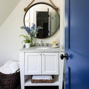 Идея дизайна: туалет в морском стиле с фасадами в стиле шейкер, белыми фасадами, белыми стенами, врезной раковиной и серой столешницей
