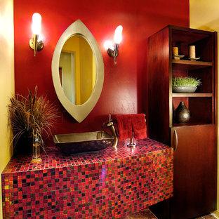 Пример оригинального дизайна: туалет с плиткой мозаикой, настольной раковиной, красными стенами, столешницей из плитки, красной плиткой и красной столешницей