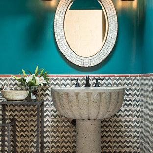 Mittelgroße Mediterrane Gästetoilette mit Sockelwaschbecken, Porzellanfliesen, blauer Wandfarbe, Terrakottaboden und farbigen Fliesen in Albuquerque