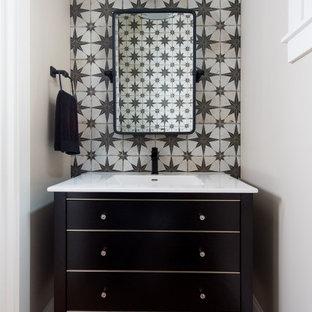 Kleine Klassische Gästetoilette mit flächenbündigen Schrankfronten, braunen Schränken, beiger Wandfarbe, braunem Holzboden und Unterbauwaschbecken in Indianapolis