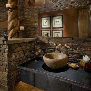 Exemple d'un WC et toilettes sud-ouest américain avec une vasque.