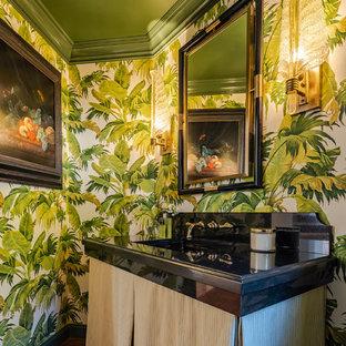 Идея дизайна: маленький туалет в средиземноморском стиле с открытыми фасадами, бежевыми фасадами, черной плиткой, мраморной плиткой, зелеными стенами, темным паркетным полом, врезной раковиной, мраморной столешницей, коричневым полом и черной столешницей