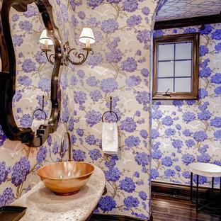 На фото: с высоким бюджетом туалеты среднего размера в средиземноморском стиле с фиолетовыми стенами, темным паркетным полом и настольной раковиной