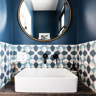 ロサンゼルスの小さい地中海スタイルのおしゃれなトイレ・洗面所 (青い壁、ベッセル式洗面器、フローティング洗面台) の写真