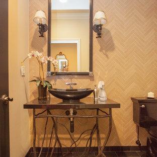 ロサンゼルスの中くらいの地中海スタイルのおしゃれなトイレ・洗面所 (分離型トイレ、ベージュのタイル、トラバーチンタイル、ベージュの壁、セラミックタイルの床、ベッセル式洗面器、御影石の洗面台) の写真