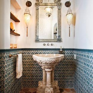 Неиссякаемый источник вдохновения для домашнего уюта: туалет среднего размера в средиземноморском стиле с зеленой плиткой, керамической плиткой, белыми стенами, полом из терракотовой плитки, раковиной с пьедесталом и разноцветным полом