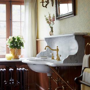 Свежая идея для дизайна: туалет в классическом стиле с разноцветными стенами, темным паркетным полом, врезной раковиной и коричневым полом - отличное фото интерьера
