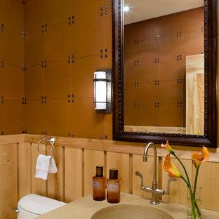 Inspiration för ett mellanstort amerikanskt toalett, med en toalettstol med hel cisternkåpa, bruna väggar och ett integrerad handfat