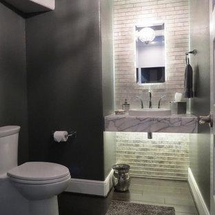 Идея дизайна: маленький туалет в современном стиле с серыми стенами, паркетным полом среднего тона, коричневым полом, открытыми фасадами, унитазом-моноблоком, серой плиткой, стеклянной плиткой, настольной раковиной и мраморной столешницей