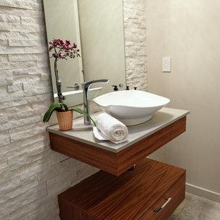 Свежая идея для дизайна: маленький туалет в современном стиле с плоскими фасадами, фасадами цвета дерева среднего тона, бежевой плиткой, каменной плиткой, бежевыми стенами, полом из керамогранита, настольной раковиной, коричневым полом и бежевой столешницей - отличное фото интерьера