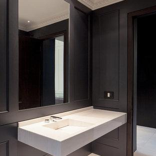 Modelo de aseo moderno, grande, con lavabo integrado, encimera de acrílico, baldosas y/o azulejos blancos, paredes negras, suelo de mármol y suelo blanco