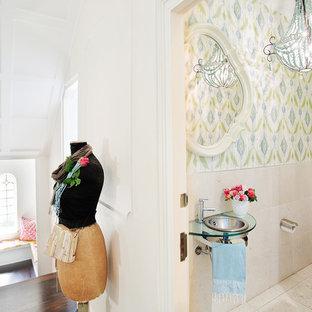 Esempio di un bagno di servizio chic con pareti multicolore, piastrelle beige, WC a due pezzi e lavabo da incasso