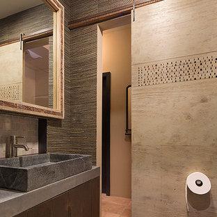 Ispirazione per un bagno di servizio country di medie dimensioni con ante lisce, ante in legno bruno, piastrelle grigie, piastrelle in pietra, pareti verdi, pavimento in pietra calcarea e top in cemento