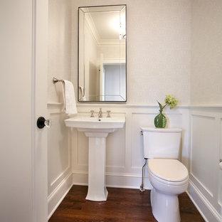 Mittelgroße Klassische Gästetoilette mit Sockelwaschbecken, Wandtoilette mit Spülkasten und braunem Holzboden in Minneapolis