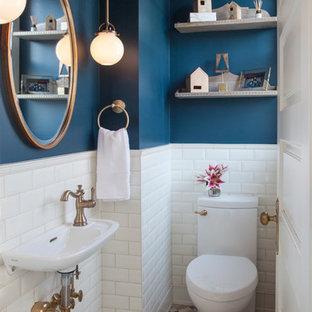 Idéer för små vintage toaletter, med vit kakel, keramikplattor, blå väggar, klinkergolv i porslin, ett väggmonterat handfat, flerfärgat golv, en toalettstol med hel cisternkåpa och öppna hyllor
