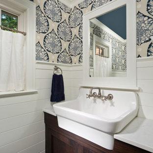 Mittelgroße Klassische Gästetoilette mit Schrankfronten im Shaker-Stil, dunklen Holzschränken, weißer Wandfarbe, Schieferboden, Quarzit-Waschtisch, schwarzem Boden, weißer Waschtischplatte, freistehendem Waschtisch und Holzdielenwänden in Boston
