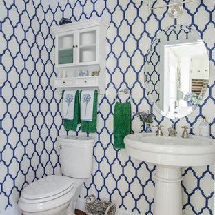 Immagine di un bagno di servizio tradizionale con lavabo a colonna