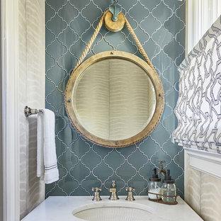 Immagine di un bagno di servizio bohémian con piastrelle blu, piastrelle di vetro, lavabo sottopiano, top in quarzite e top bianco
