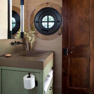 Kleine Rustikale Gästetoilette mit grünen Schränken, offenen Schränken, beigefarbenen Fliesen, braunem Holzboden, Quarzwerkstein-Waschtisch und brauner Waschtischplatte in Denver