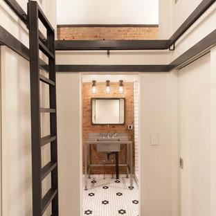 Ispirazione per un bagno di servizio industriale con lavabo a consolle, pavimento con piastrelle a mosaico e pistrelle in bianco e nero