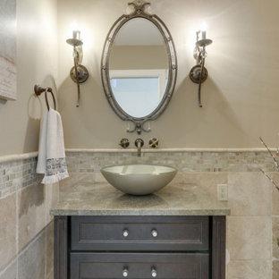 Inredning av ett klassiskt litet beige beige toalett, med luckor med infälld panel, bruna skåp, en toalettstol med hel cisternkåpa, beige väggar, mörkt trägolv, ett fristående handfat, bänkskiva i kvarts och brunt golv